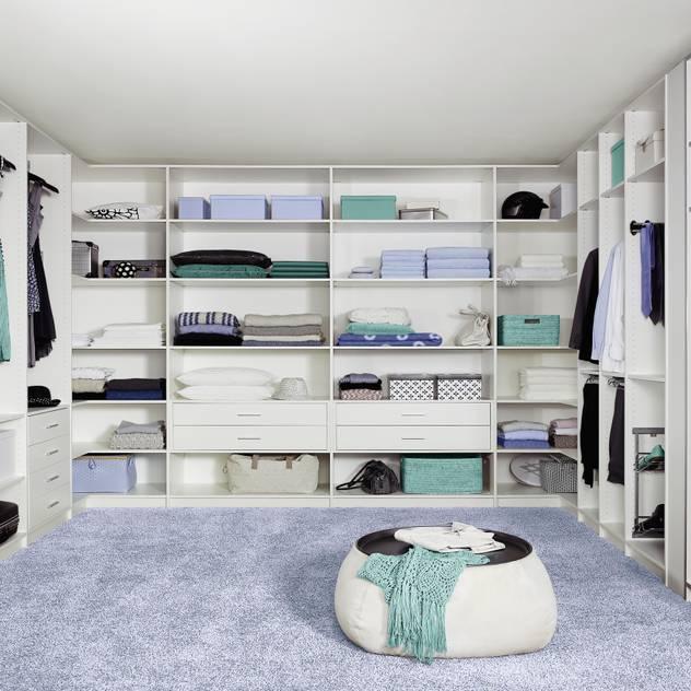 Phòng thay đồ phong cách kinh điển bởi CARE MOBILIARIO MADRID,S.L. Kinh điển