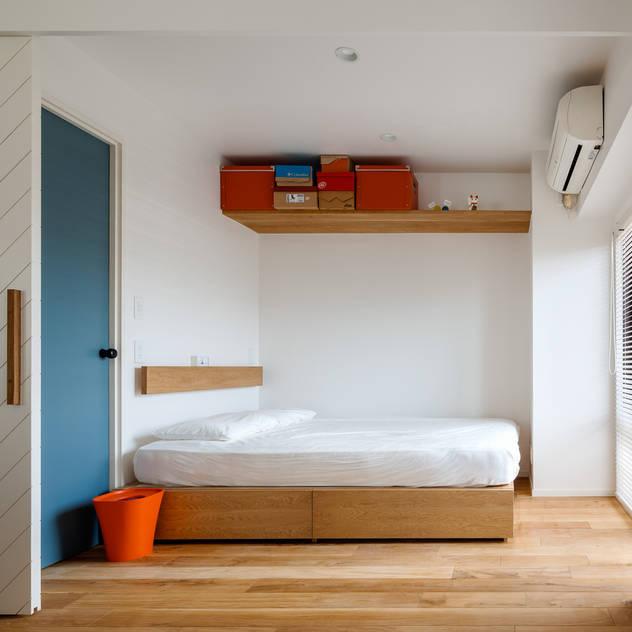A residence in Shibuya Phòng ngủ phong cách chiết trung bởi sorama me Inc. Chiết trung