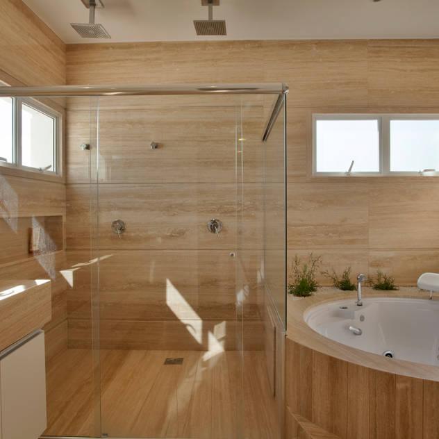 Casa Piracicaba: Banheiros modernos por Arquiteto Aquiles Nícolas Kílaris