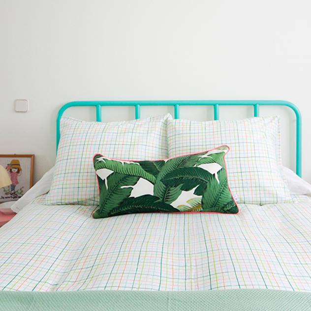Phòng ngủ phong cách nhiệt đới bởi www.rocio-olmo.com Nhiệt đới