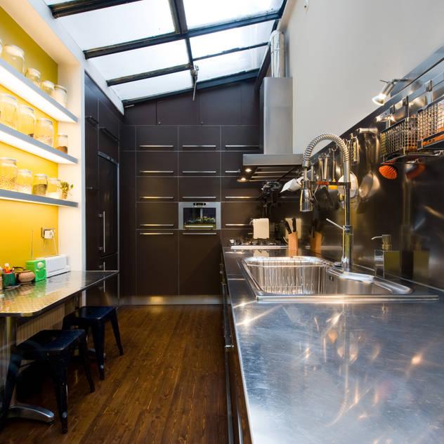 Cocinas de estilo industrial de LA CUISINE DANS LE BAIN SK CONCEPT