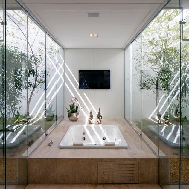 Phòng tắm phong cách tối giản bởi Aguirre Arquitetura Tối giản
