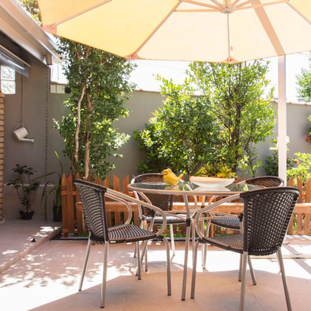 Residencia de Surfista: Jardins tropicais por Marcos Contrera Arquitetura & Interiores