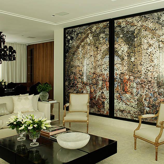 Casa Ibirapuera: Salas de estar clássicas por Rafael Zalc Arquitetura e Interiores