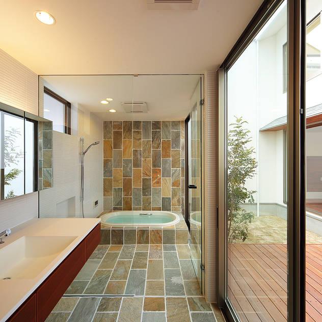 Baños de estilo asiático por 一級建築士事務所haus
