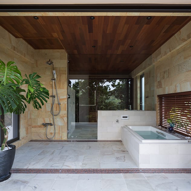 座喜味のヴィラ モダンスタイルの お風呂 の 岡部義孝建築設計事務所 モダン