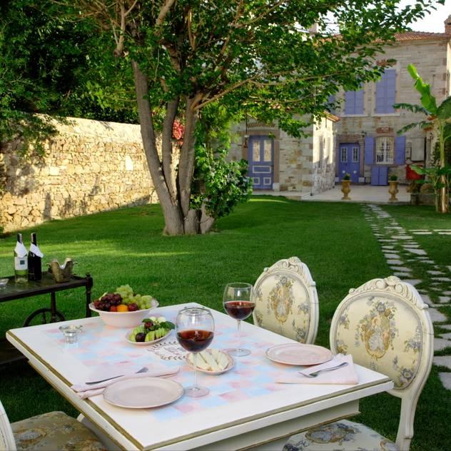 LOLA 38 Hotel – Back Garden: klasik tarz tarz Bahçe