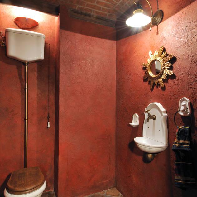 Banheiros ecléticos por Sky Gallery