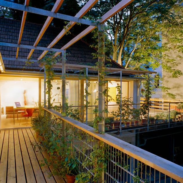 surrounding balcony Hiên, sân thượng phong cách hiện đại bởi allmermacke Hiện đại Gỗ Wood effect