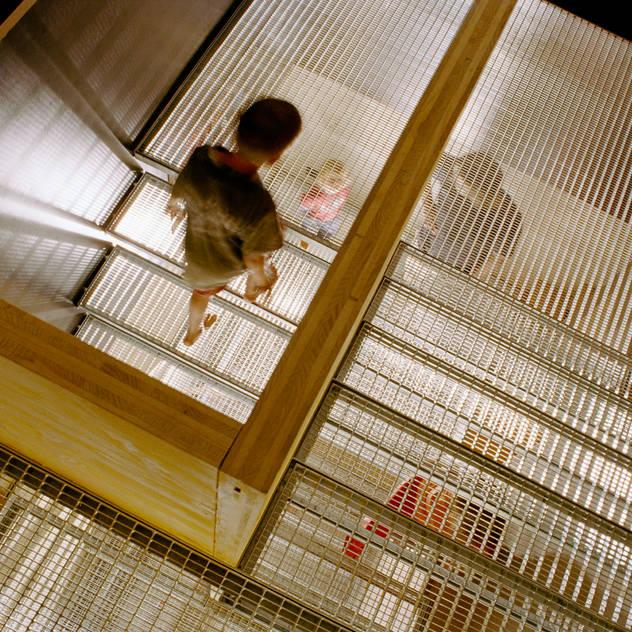 steel grating stairs Hành lang, sảnh & cầu thang phong cách hiện đại bởi allmermacke Hiện đại Sắt / thép