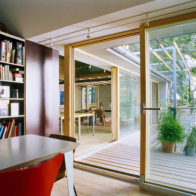 balcony as extension to interior space Hiên, sân thượng phong cách hiện đại bởi allmermacke Hiện đại
