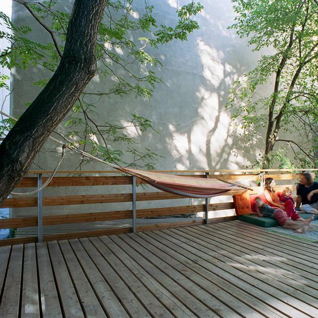 an oasis in the city Hiên, sân thượng phong cách hiện đại bởi allmermacke Hiện đại Gỗ Wood effect
