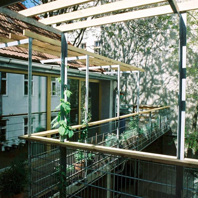 green space—railing and pergola Hiên, sân thượng phong cách hiện đại bởi allmermacke Hiện đại Gỗ Wood effect
