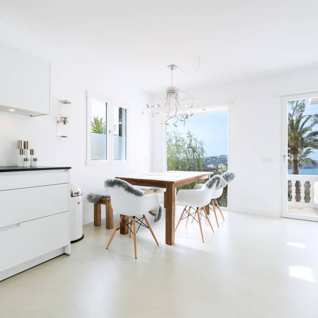 minimalistic Kitchen by ISLABAU constructora