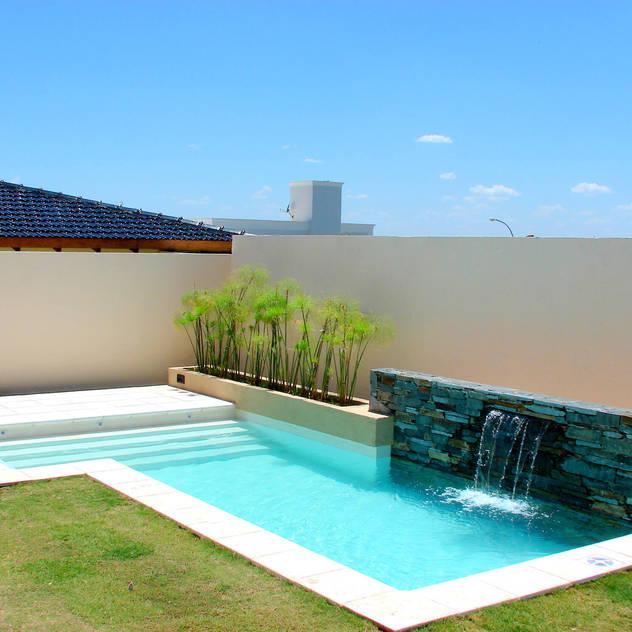 Hồ bơi phong cách hiện đại bởi Piscinas Scualo Hiện đại