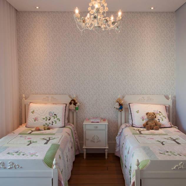 Dormitório - Filhas: Quarto infantil  por Arquitetura 8 - Ana Spagnuolo & Marcos Ribeiro
