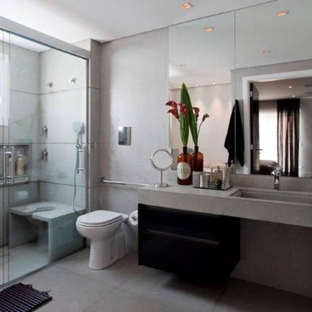 Ap. adaptado - cadeirante: Banheiros modernos por Marcelo Rosset Arquitetura