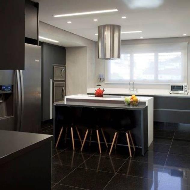 Ap. adaptado - cadeirante: Cozinhas modernas por Marcelo Rosset Arquitetura