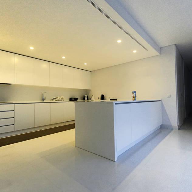 Nhà bếp phong cách tối giản bởi 3H _ Hugo Igrejas Arquitectos, Lda Tối giản