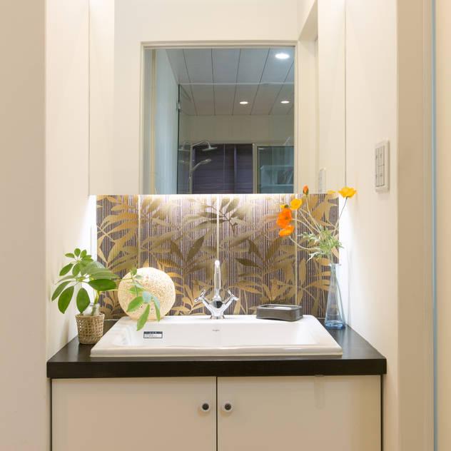 Phòng tắm phong cách hiện đại bởi 株式会社 atelier waon Hiện đại