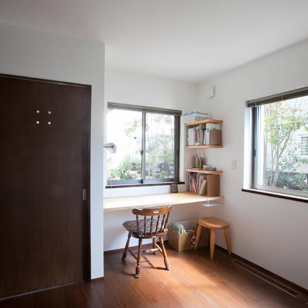 Phòng ngủ phong cách hiện đại bởi 株式会社 atelier waon Hiện đại