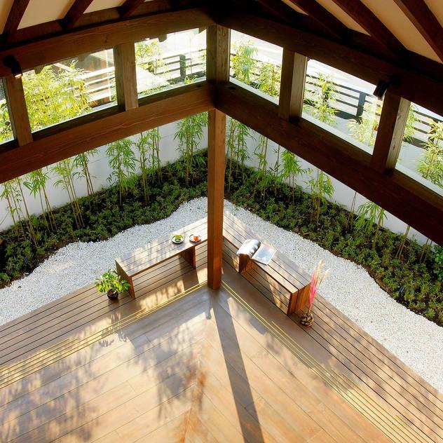 2階から庭を望む: フィールド建築設計舎が手掛けたベランダです。