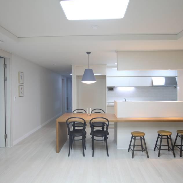 Phòng ăn phong cách hiện đại bởi dall & style Hiện đại