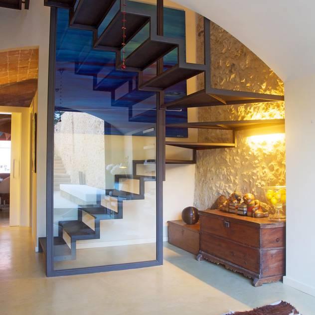 Corredores, halls e escadas por Brick construcció i disseny