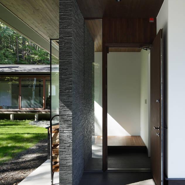 玄関ドア~037軽井沢 I さんの家: atelier137 ARCHITECTURAL DESIGN OFFICEが手掛けた玄関/廊下/階段です。