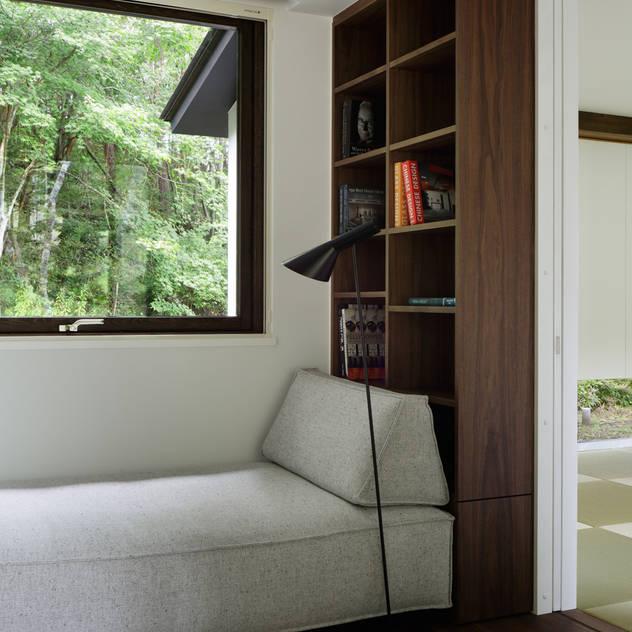 コージーコーナー~037軽井沢 I さんの家: atelier137 ARCHITECTURAL DESIGN OFFICEが手掛けた書斎です。