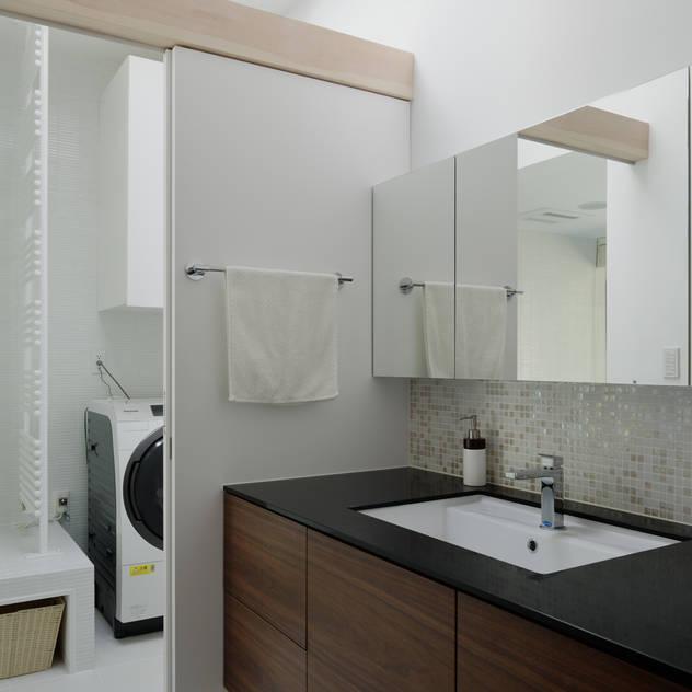 洗面カウンター~037軽井沢 I さんの家: atelier137 ARCHITECTURAL DESIGN OFFICEが手掛けた浴室です。