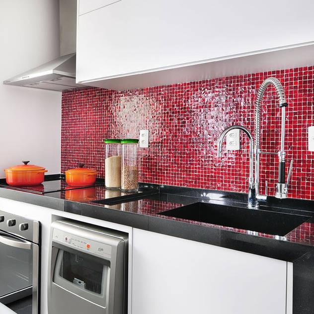 Apartamento no Campo Belo: Cozinhas minimalistas por Mario Catani - Arquitetura e Decoração