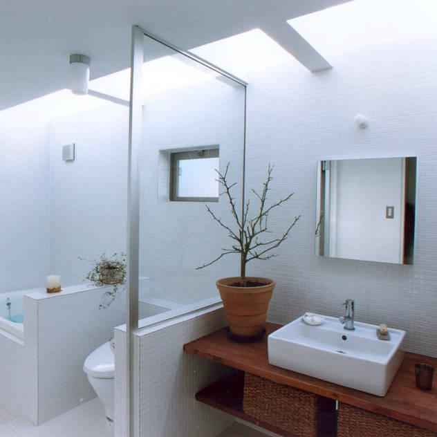 Baños de estilo moderno por 東章司建築研究所