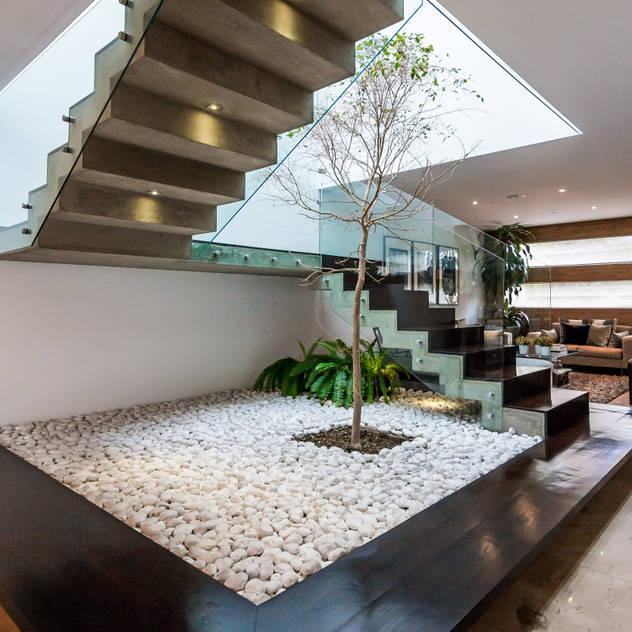 Pasillos, vestíbulos y escaleras de estilo  por aaestudio