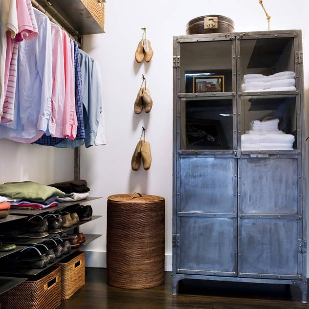 Phòng thay đồ phong cách chiết trung bởi Antonio Martins Interior Design Inc Chiết trung