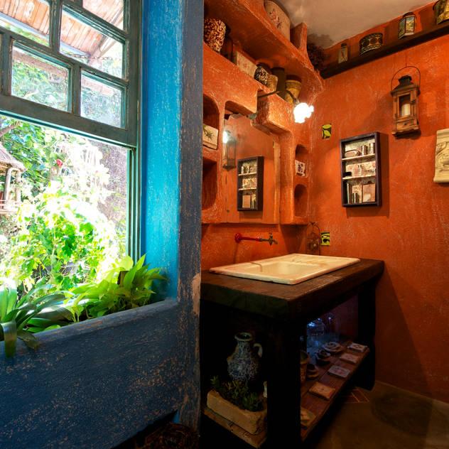 Bathroom by Régua Arquitetura