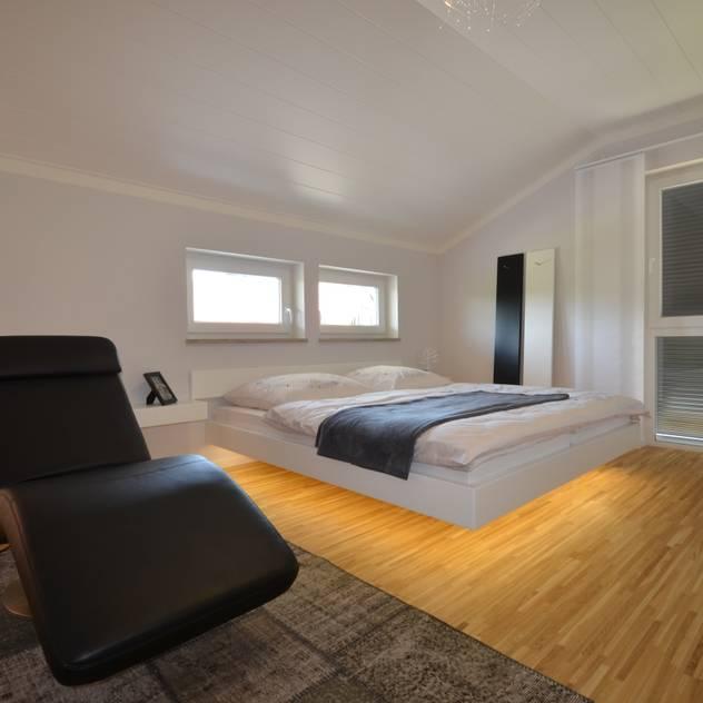 Musterhaus Falkenberg 139 Phòng ngủ phong cách hiện đại bởi Skapetze Lichtmacher Hiện đại