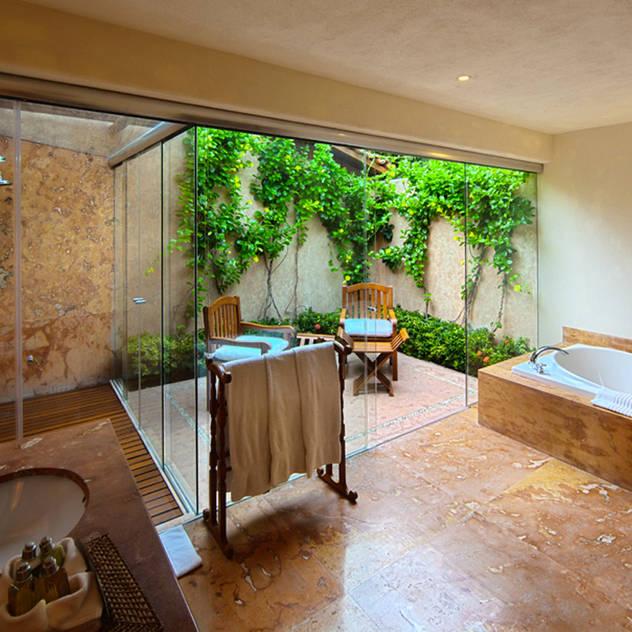 Phòng tắm phong cách nhiệt đới bởi José Vigil Arquitectos Nhiệt đới