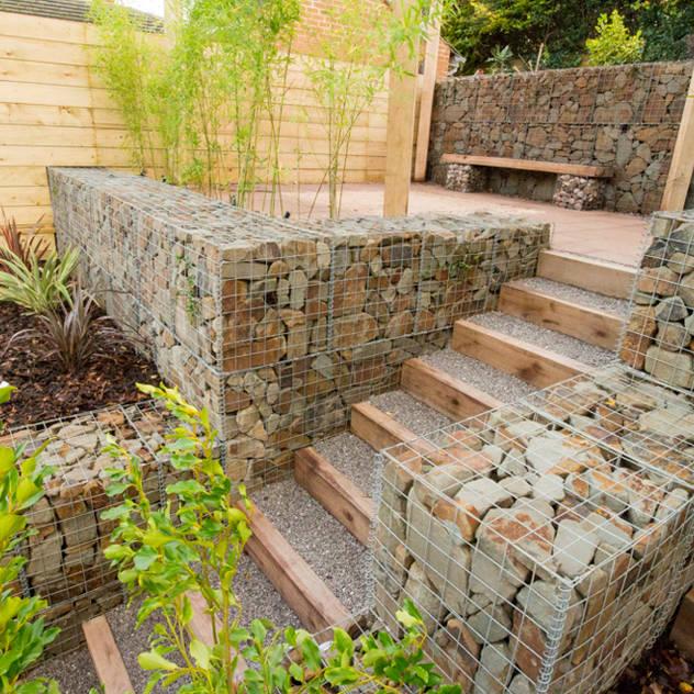 Jardines de estilo moderno por J B Landscapes LTD