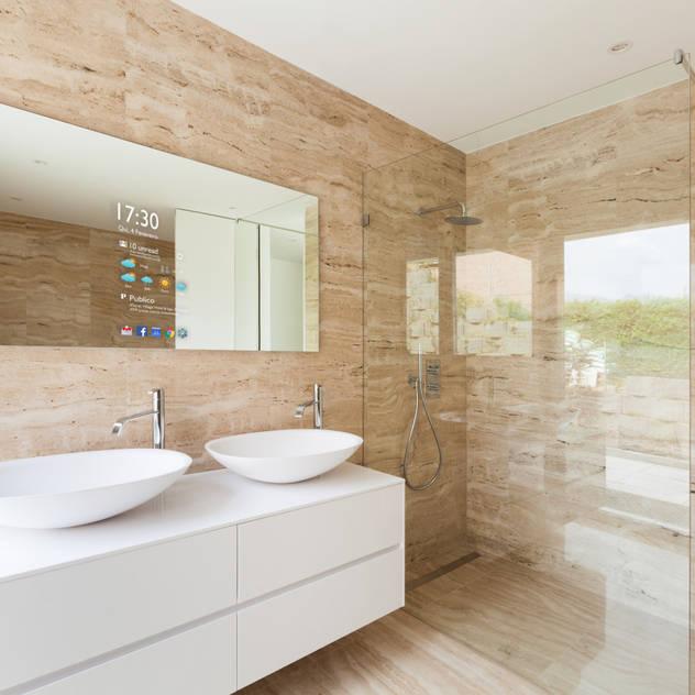 Phòng tắm phong cách hiện đại bởi Glassinnovation Illusion Magic MirrorTV Hiện đại