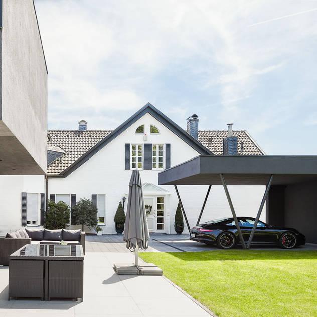 Nhà để xe/nhà kho phong cách hiện đại bởi ZHAC / Zweering Helmus Architektur+Consulting Hiện đại Sắt / thép