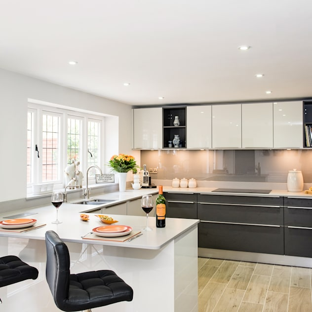 Mr & Mrs H, Kitchen, Byfleet Village, Surrey: modern Kitchen by Raycross Interiors