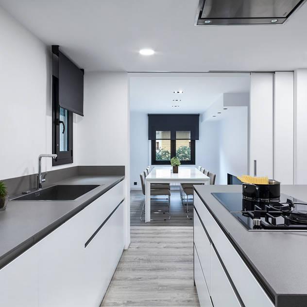 minimalistic Kitchen by Dröm Living