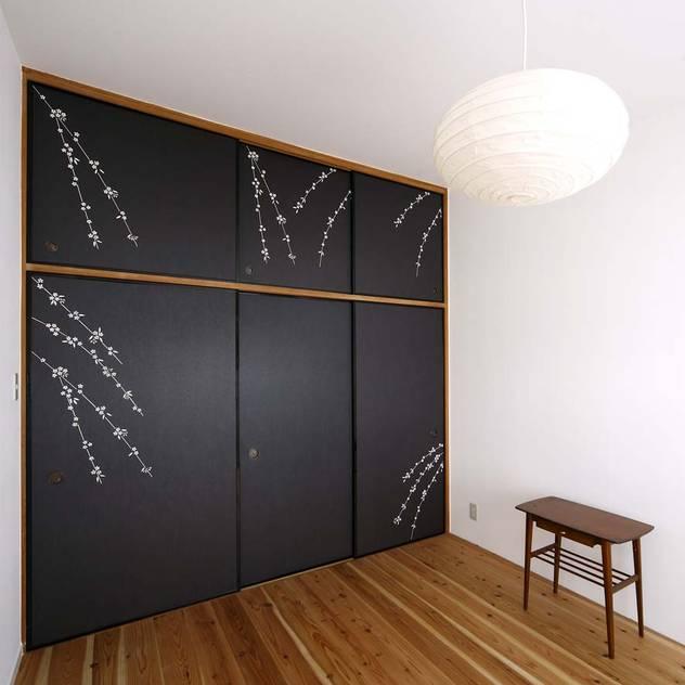 寝室: 6th studio / 一級建築士事務所 スタジオロクが手掛けた寝室です。