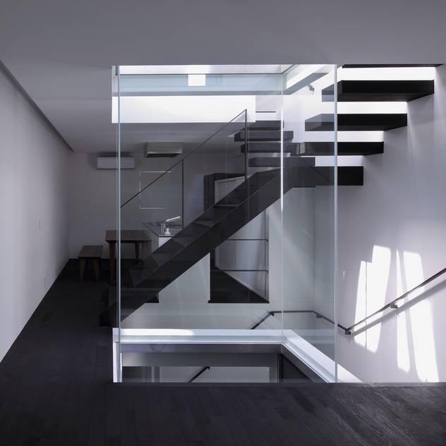 武庫之荘の家: 藤原・室 建築設計事務所が手掛けた玄関・廊下・階段です。