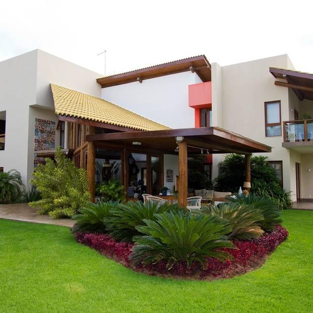Vườn phong cách nhiệt đới bởi Tânia Póvoa Arquitetura e Decoração Nhiệt đới