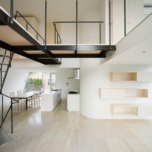 三俣の家: 桑原茂建築設計事務所 / Shigeru Kuwahara Architectsが手掛けたリビングです。