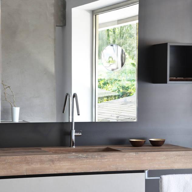 A bathroom different than usual Phòng tắm bởi Ronda Design Công nghiệp