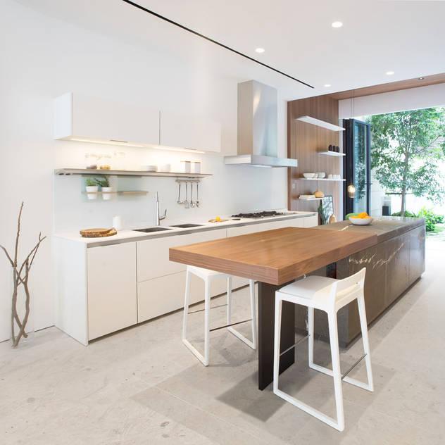 Nhà bếp phong cách tối giản bởi Sensearchitects Limited Tối giản