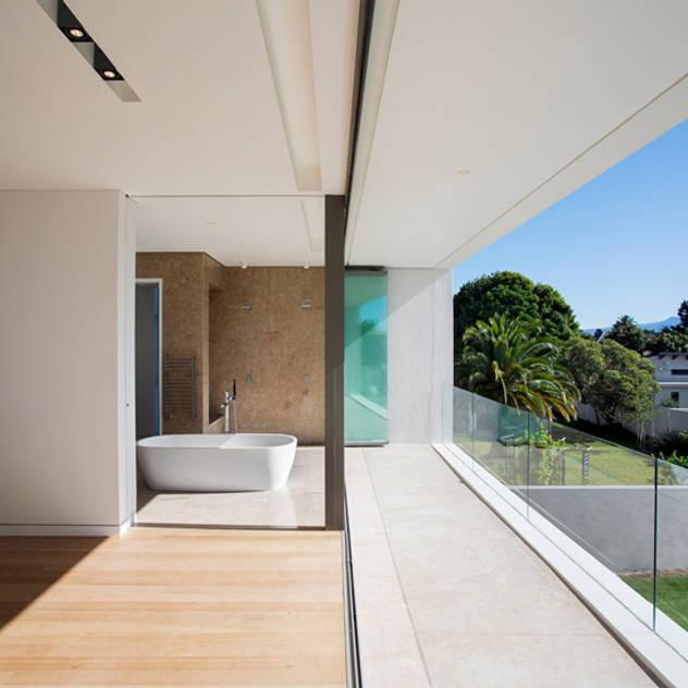 Phòng tắm phong cách tối giản bởi Three14 Architects Tối giản
